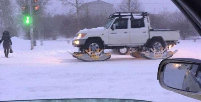 В Комсомольске на Амуре метель и сильный снегопад. На дорогах автомобили на гусеничном ходу.