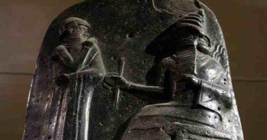 Законы Хамурапи. Значение и Содержание. Царь Хаммурапи перед богом солнца и покровителем правосудия Шамашем