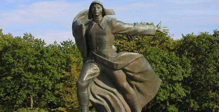 Песню Орлёнок поют и поют… Памятник во Всероссийском детском центре Орленок