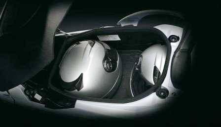 Скутер бизнес-класса на улицах Москвы Suzuki Burgman-650. Вместительный багажник.
