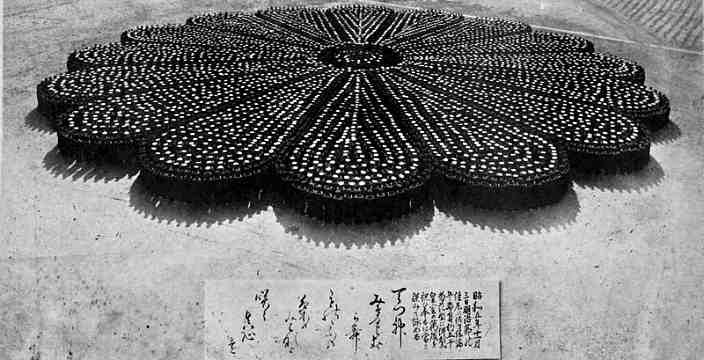 Японские Моряки, построенные в форме хризантемы - герба Японии и Императорской печати